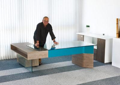 bureau avec plateau de verre
